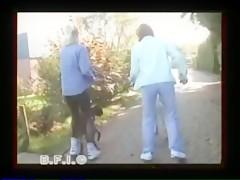 Las amigas pasean a sus perros